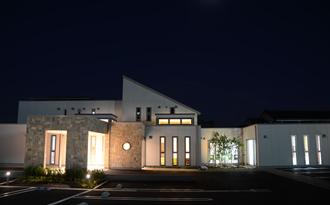 青山内科・眼科クリニック夜の外観 写真
